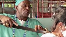 Este curandero asegura que ha realizado más de 7,000 cirugías con un machete de agricultor