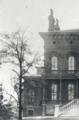 """La Hay House, ubicada en Macon, Georgia, fue el hogar de varias familias antes de convertirse en un museo donde los visitantes dicen sentir la presencia de fantasmas.  <br> <br>Solo dos familias vivieron en Hay House durante tres generaciones. La mayor parte de la casa es de la familia Hay (1926-1962) y otrasde la familia Johnston (1860-1896). La pieza más importante de la colección puede ser la estatua de mármol de 1857, """"Ruth Gleaning"""", del escultor expatriado estadounidense Randolph Rogers. <br> <br>La mayoría de los visitantes reportan ruidos en el dormitorio principal y también que les han tocado el hombro mientras visitan los dormitorios."""
