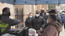Así se reciben las vacunas los latinos de unos de los barrios más afectados por el coronavirus en Chicago