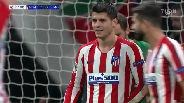¡CERCA!. Álvaro Morata disparó que se estrella en el poste.