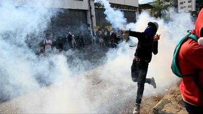 """Continúa la incertidumbre en Venezuela: Guaidó llama a seguir las protestas y Maduro insiste en que es un """"golpe de Estado"""""""