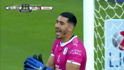 Diego Novaretti despeja el balón y aleja el peligro