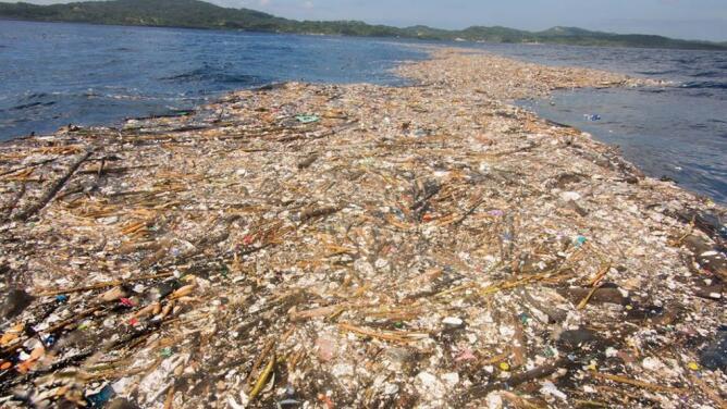 Esta es la sorprendente 'isla de basura' situada en el Caribe