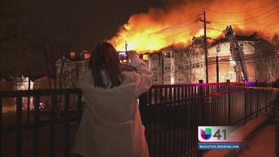 Incendio devastador deja a cientos sin hogar