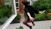 Ladrón escapa saltando por la ventana de un edificio de 3 pisos con un cuchillo en la mano