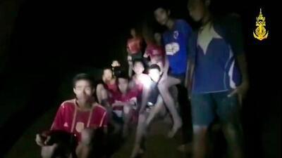 """""""Los quiero, papá y mamá. No se preocupen por mí"""": las primeras cartas de los niños atrapados en una cueva en Tailandia"""