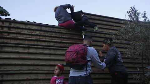 Ante la desesperación por las demoras en el proceso de asilo, migrantes de la caravana continúan brincando el muro