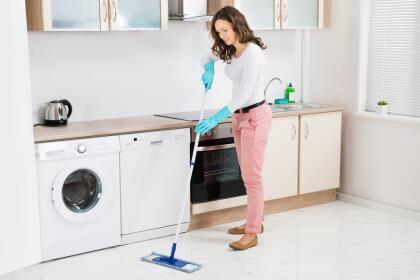 <b>Limpiador de pisos. </b>Llena una cubeta de agua caliente con limón para fregar todos los suelos. Es un remedio mucho más económico que comprar limpiasuelos en el supermercado, y tu casa adquirirá un olor refrescante y duradero. <br> <br>