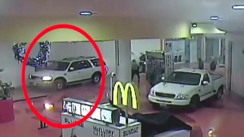 Ladrones entran con sus autos al interior de un centro comercial para intentar robar un cajero