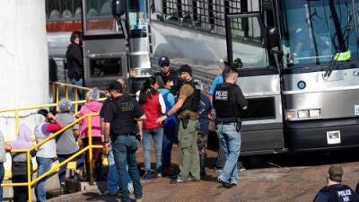 ICE detiene a 680 personas en redadas en plantas de alimentos en Mississippi y decenas de niños se quedan desamparados