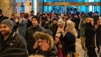 El frío neoyorquino no detiene a cientos de compradores que buscan ofertas en el Viernes Negro