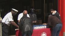 Bomberos reparten detectores de humo gratis entre la comunidad del sur de Chicago