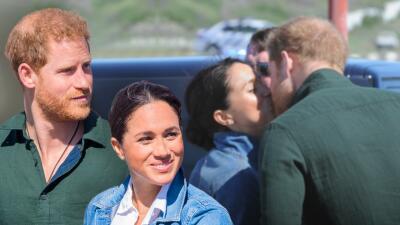 Desde su boda no se besaban así en público: Meghan Markle y el príncipe Harry derrochan amor en África