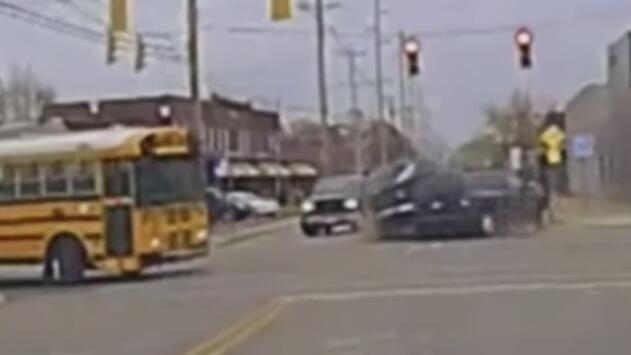 Un conductor choca contra dos vehículos a unas 100 mph y por poco se impacta contra un autobús escolar