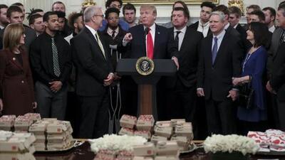 ¡Vuelven las hamburguesas! Trump ofrece comida rápida a campeones colegiales... otra vez