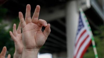 Por qué esta señal tan común ahora es considerada un símbolo de odio de supremacistas blancos