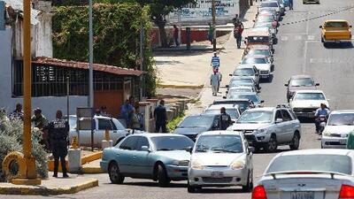 Comprar gasolina en Venezuela se ha convertido en una odisea de largas filas que duran varios días