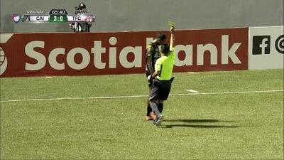 Tarjeta amarilla. El árbitro amonesta a Omar Córdoba de Independiente La Chorrera