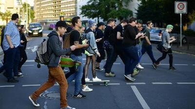 'Nueva York en un Minuto': Proponen multar a quienes se distraigan con sus celulares mientras van caminando