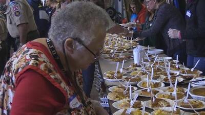 Voluntarios prepararon cena especial de Thanksgiving para los damnificados por el incendio Camp