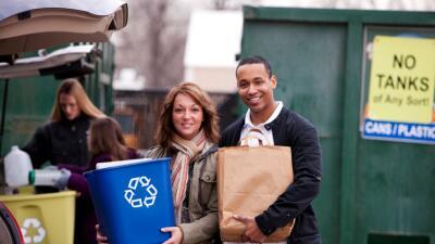 Hispanos contribuyen al millonario negocio del reciclaje en EEUU
