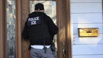 Tengo una orden de deportación y no he cometido crímenes, ¿autoridades migratorias pueden ir a buscarme?