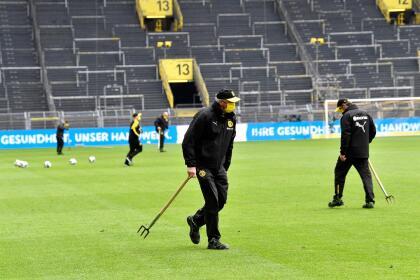 Los encargados de mantener el terreno de juego en perfectas condiciones utilizaron mascarillas.