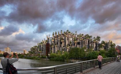 '1000 Trees' (1000 árboles, en español) fue el nombre que le dieron a esta asombrosa construcción que ocupa más de 3 millones de pies cuadrados (unos 300,000 metros) y alcanza casi 200 pies de altura (unos 60 metros), alrededor de varias edificaciones históricas de Shanghái.