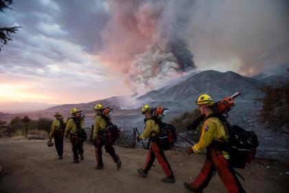 Los bomberos del CalFire han trabajado sin descanso desde el viernes con el fin contener las llamas y su destrucción en toda la región de California.  <br>Esta es una imagen de El incendio El Dorado que obligó la evacuación de al menos 54,000 residentes en varias comunidades del montaña en el condado de San Bernardino.