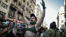 Diputados en Argentina aprueban proyecto para legalización del aborto, que ahora pasará al Senado