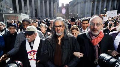Jueza que liberó a un activista proinmigración cuestiona a ICE por arrestarlo