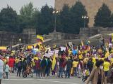 """""""Lejos, pero no ausentes"""": colombianos en Filadelfia se manifiestan por la crisis que afronta su país"""