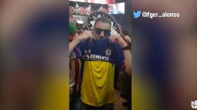 ¿Cábala? Aficionados mexicanos le ponen a hincha sueco la playera del Cruz Azul