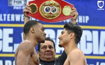 En fotos: Tenso cara a cara en la ceremonia de pesaje entre Mikey García y Errol Spence Jr
