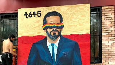 """""""No a tu gobierno, no a la colonia"""": Un artista boricua crea un mural en protesta contra Roselló en Chicago"""