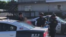 Arrestan a un hombre en relación con un tiroteo en un complejo de viviendas en Dallas