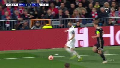 ¡CERCA!. Gareth Bale disparó que se estrella en el poste.