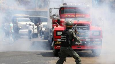 El momento en que la Guardia Nacional de Venezuela intenta impedir el paso de diputados opositores y voluntarios