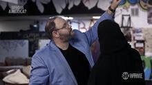 Piden renuncia de legislador de Georgia que grita insultos racistas y muestra el trasero en televisión