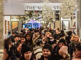 Miles de compradores salen en busca de descuentos de Black Friday en tiendas de Nueva York y Nueva Jersey