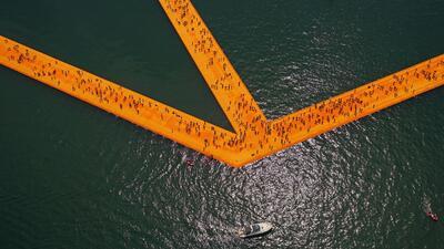 El impresionante muelle flotante que permite caminar sobre el agua
