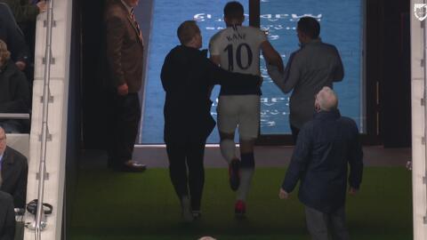 Se va el goleador: Harry Kane sale cojeando y con ayuda del terreno juego