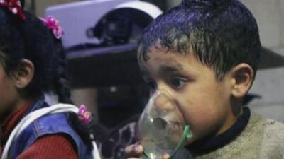 Las desgarradoras imágenes de niños agonizando tras un ataque químico en Siria