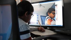 64 mil estudiantes del condado Bexar no pudieron conectarse a clases el primer día de escuela