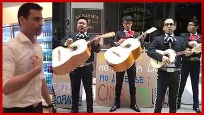 Le llevan mariachi al abogado racista en Nueva York en manifestación frente a su oficina