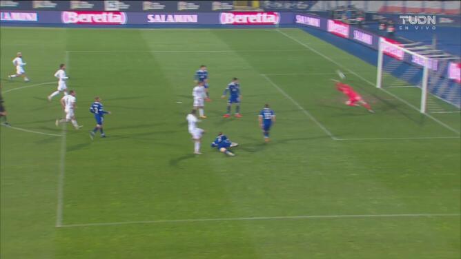 ¡Evita el segundo! Kenan Piric ataja tiro venenoso a Domenico Berardi
