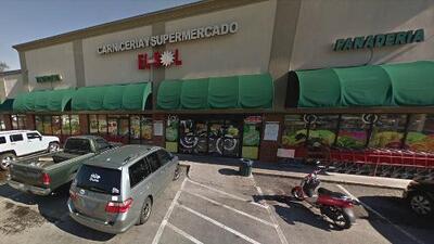Roban supermercado hispano de Gwinnett y graban en video al sospechoso