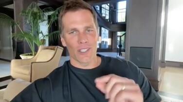 """Brady da su celular con regla: """"No mensajes los días de juego"""""""