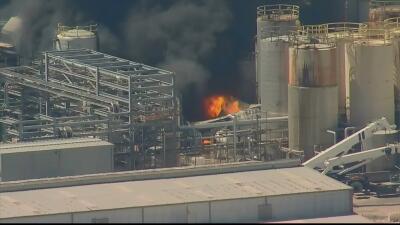 Arde incendio en planta petroquímica al noreste de Houston