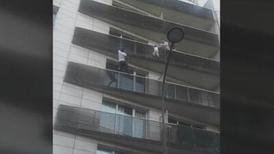 El padre jugaba Pokemon Go mientras el niño colgaba del balcón y fue rescatado por el 'hombre araña'
